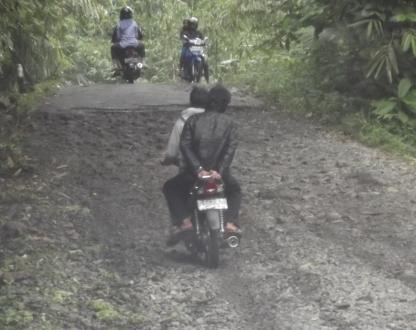 Kondisi jalan yang memaksa pengemudi ekstra hati-hati ...